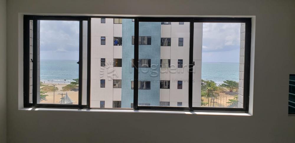Excelente sala em pavimento exclusivo (Lâmina inteira) com recepção, 5 salas internas, 3 banheiros, arquivo, piso em granito e com 3 vagas de garagem. Ótima localização a poucos metros da praia.