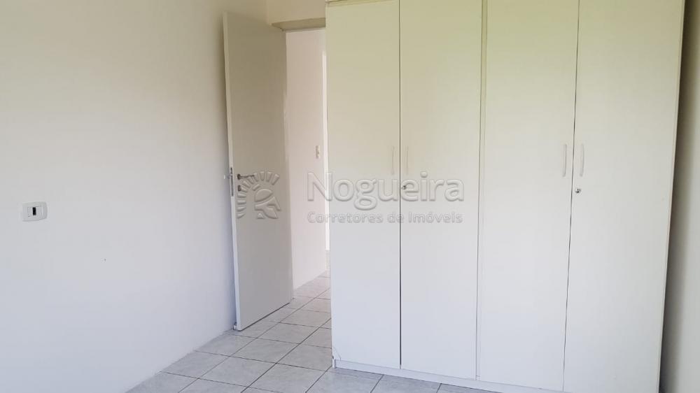 Digimobi- Apartamento no bairro de Casa Forte com varanda, sala para 2 ambientes,  banheiro social. 2 quartos, cozinha, área de serviço e banheiro de serviço. Ótima localização, rua tranquila e próximo de cartórios, lojas, shopping, farmácia e padarias.