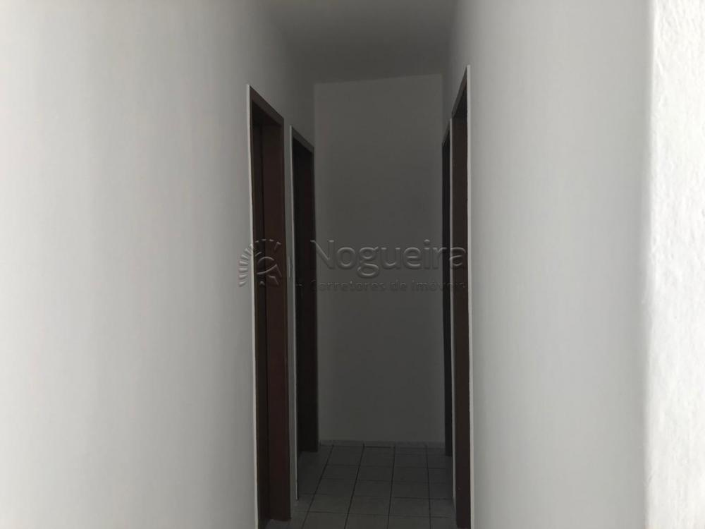 Apartamento em ótima localização na Av. Recife com sala, 3 quartos, banheiro social com box, cozinha com armários e área de serviço.