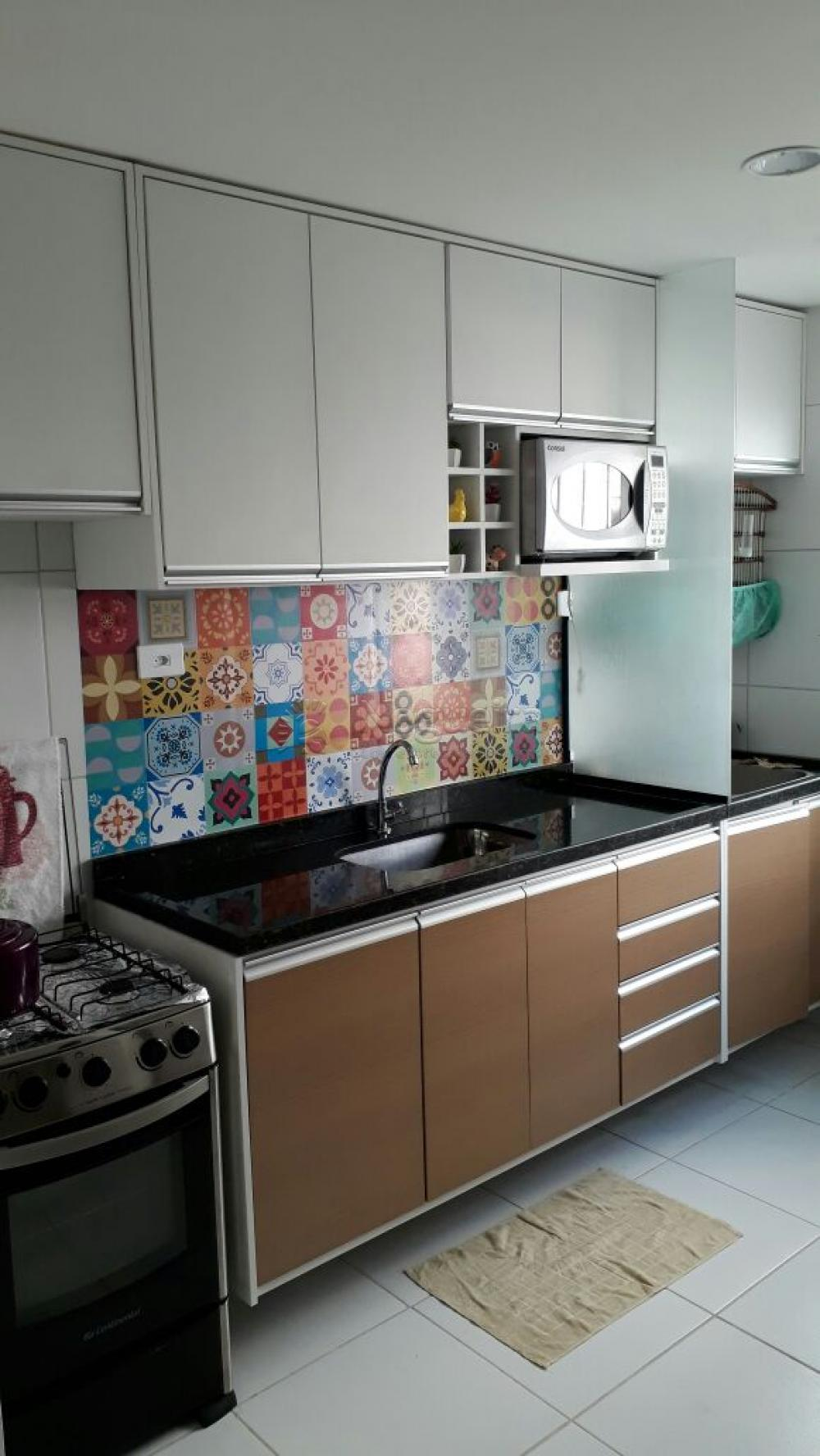 Excelente apartamento todo reformado no térreo com sala para 2 ambientes, 2 quartos sendo 1 suíte com armários, cozinha projetada e área de serviço.