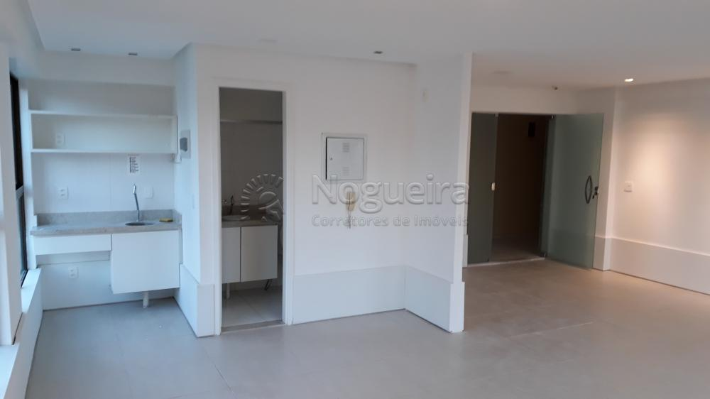 Excelente sala em empresarial no bairro de Parnamirim, em ótima localização e estrutura.