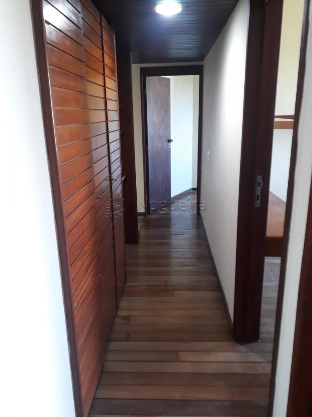 Excelente apartamento de 150 metros quadrados no bairro do Derby com ampla varanda, sala para 3 ambientes, banheiro social, 3 quartos com armários sendo 1 suíte, corredor com armários, cozinha com copa, área de serviço e DCE.