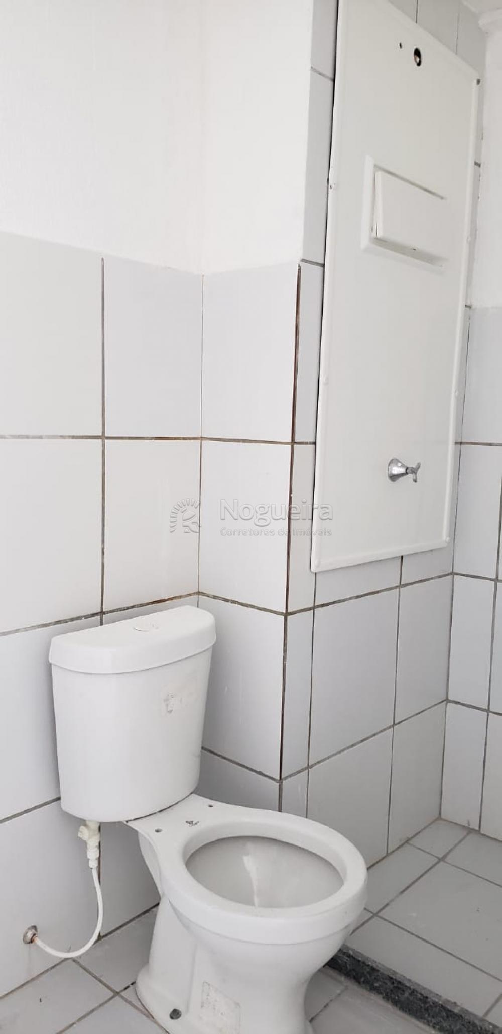 Excelente apartamento em andar alto no bairro de Campo Grande, super ventilado! O imóvel possui sala para 2 ambientes, 2 quartos sendo 1 suíte, banheiro social, cozinha e área de serviço.