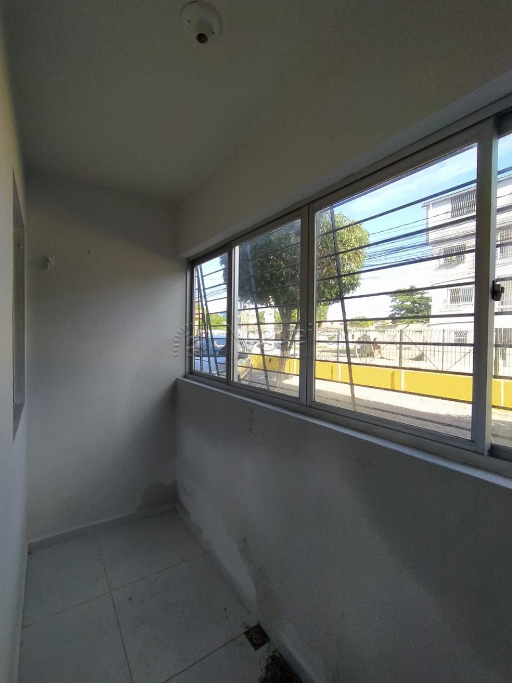 Apartamento em Candeias com varanda, sala para dois ambientes, dois quartos, banheiro social com box, cozinha e uma vaga de garagem.   Apartamento bem localizado, perto de colégios, mercados, farmácias e parada de ônibus.