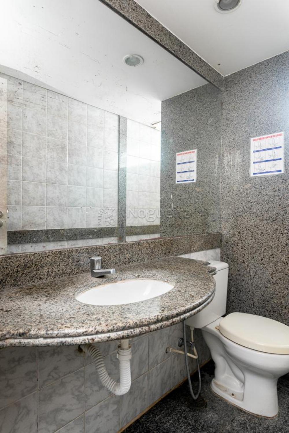 Excelente ponto comercial, muito bem localizado no bairro da Ilha do Leite, com 432,75 m².  O imóvel possui terraço em L, com portas e vidraças em vidro temperado, sala para recepção, 3 salas com birô e pia, sala grande com prateleiras, 6 saletas,  2 cozinhas, 4 banheiros, salão de fundo com banheiro, 1 lavanderia, 1 sala de almoxarifado.   Ponto possui cisterna e duas caixas d'águas.   Área total 676,58 m²