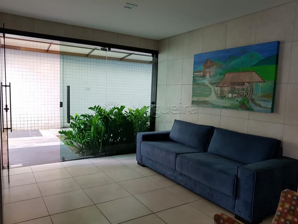 Excelente apartamento mobiliado no bairro de Parnamirim com sala, quarto, banheiro, cozinha e área de serviço.