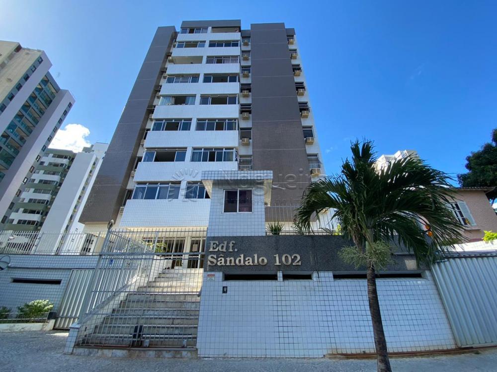Ótimo apartamento em andar alto no bairro das Graças com varanda, sala para 2 ambientes, 2 quartos, banheiro social, cozinha, área de serviço e DCE. Excelente localização perto de avenidas principais, comércios, escolas e parques.