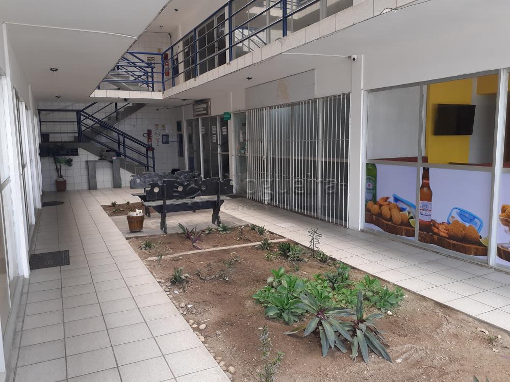 Sala comercial com excelente localização no bairro da Iputinga.  O imóvel possui 40m² e wc.   A galeria dispõe de térreo e primeiro pavimento com 6 salas por andar, totalizando 12 salas.  Agende sua visita!