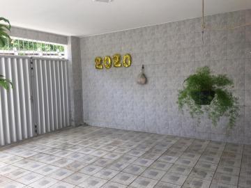 Excelente casa no bairro de Ouro Preto, em Olinda!  Imóvel de 160m², com sala ampla para 2 ambientes, 2 dormitórios (sendo 1 suíte), closet, área de serviço, garagem para 1 carro e espaço para festas no primeiro andar.  A 200m do centro comercial de Ouro Preto, com supermercados, farmácias, padarias, casa lotérica e escolas.  Agende sua visita!