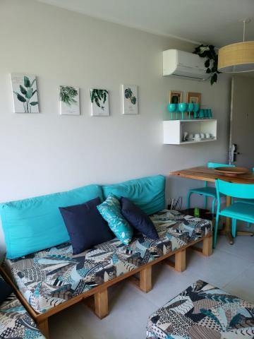 Excelente Flat em Muro alto, 48 m² mobiliado, 2 suítes, Sala para 2 ambientes, com excelente localização no condomínio, em área reservada e próximo ao complexo de piscinas. Agende sua visita!