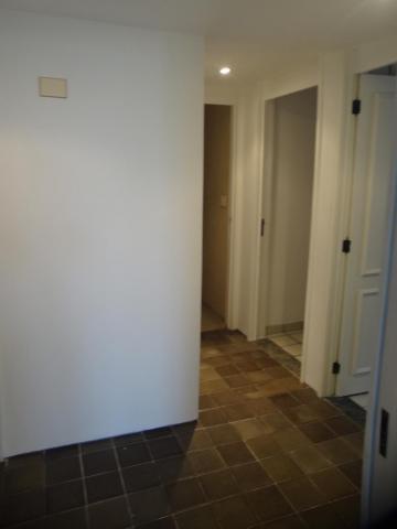 Apartamento com 175m² de área privativa, na beira mar de Candeias, sala para 2 ambientes, 3 quartos sendo 1 suíte, wc social, DCE completa, cozinha , área de serviço, varanda, 2 vagas de garagem. Agende sua visita!