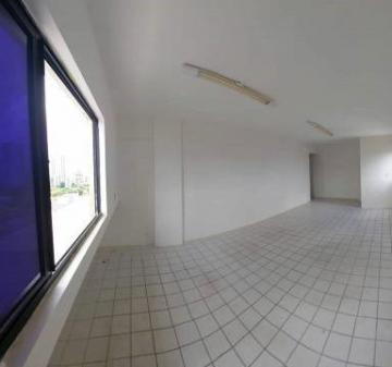 Excelente sala comercial em empresarial numa das avenidas principais da cidade! Possui banheiro privativo, móveis planejados e vista privilegiada.