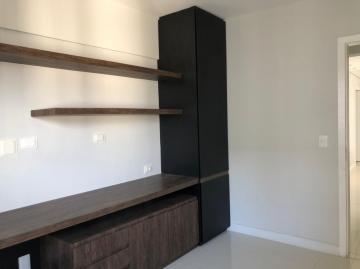 Excelente apartamento recém-reformado com varanda, sala para 3 ambientes, 3 quartos sendo 2 suítes, closet, lavabo, cozinha equipada, área de serviço e dce. Imóvel climatizado em todos os ambientes e com móveis planejados.
