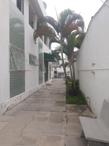 Apartamento em Candeias a poucos minutos de carro da praia. O imóvel possui sala para 2 ambientes, 2 quartos, cozinha e banheiro social.   Agende sua visita!!