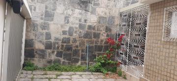 Excelente casa térrea recém reformada no bairro de Maurício de Nassau com 185 metros quadrados, jardim, terraço de verão, garagem com 3 vagas, sala com 4 ambientes, 3 quartos sendo 1 suíte, cozinha, despensa, área de serviço, quintal e banheiro externo. Imóvel possui armários planejados, luminárias novas, box em blindex, portão automático, cisterna e bomba d´água automática.  Casa em ótima localização numa das avenidas principais do bairro e com fácil ligação nas principais vias de acesso da cidade!   Para maiores informações ligue: 81 98205-5586  Agende sua visita!